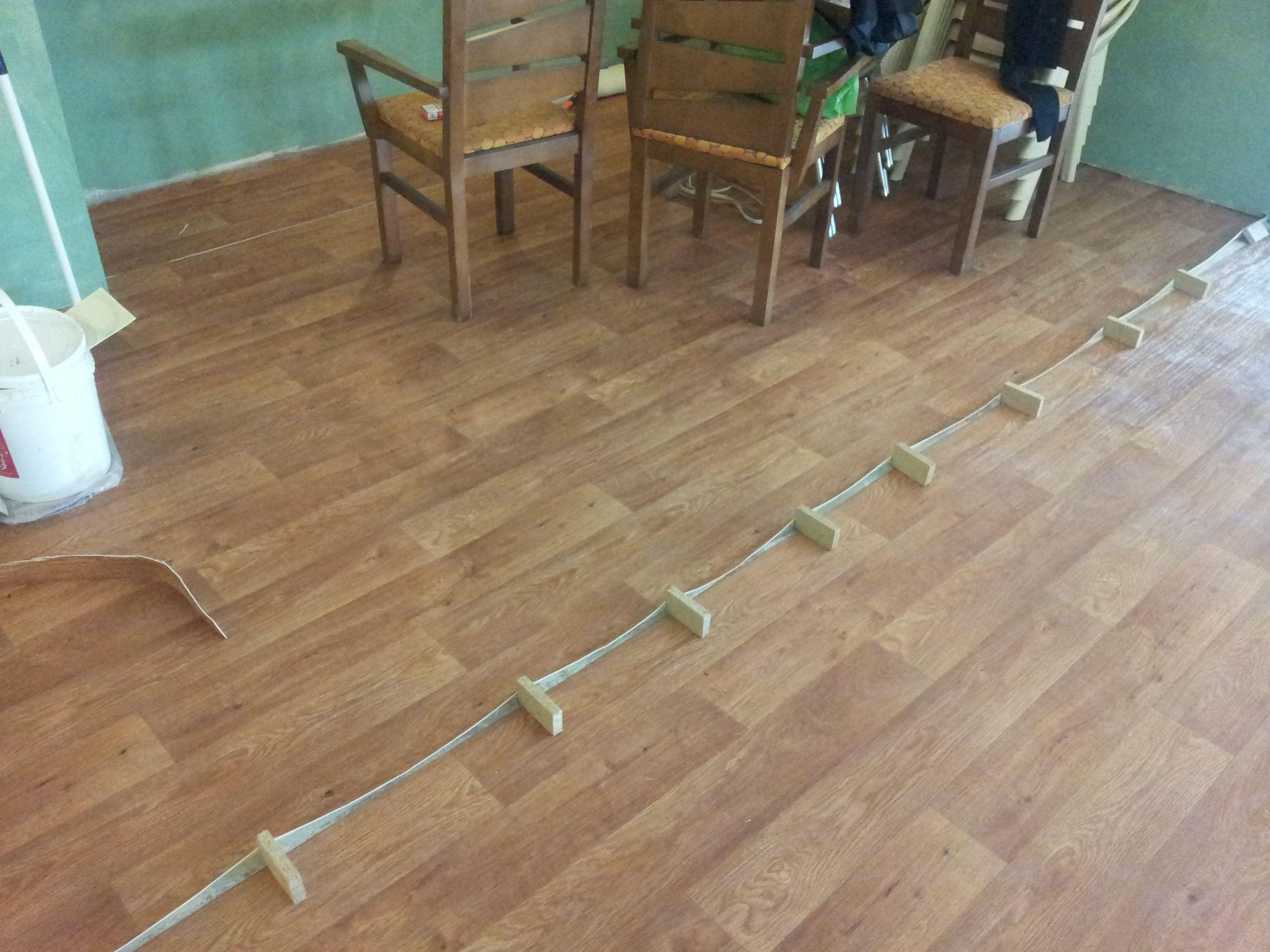 En proceso de secado de adhesivo en uniones del pavimento de vinilo