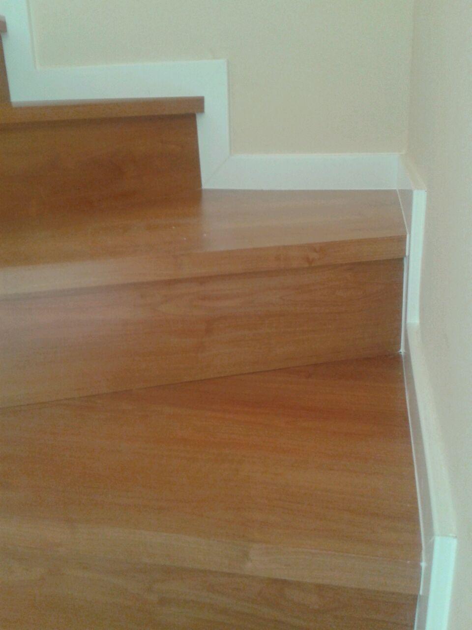 Escalones manufacturados previo a la instalación de la escalera de parquet