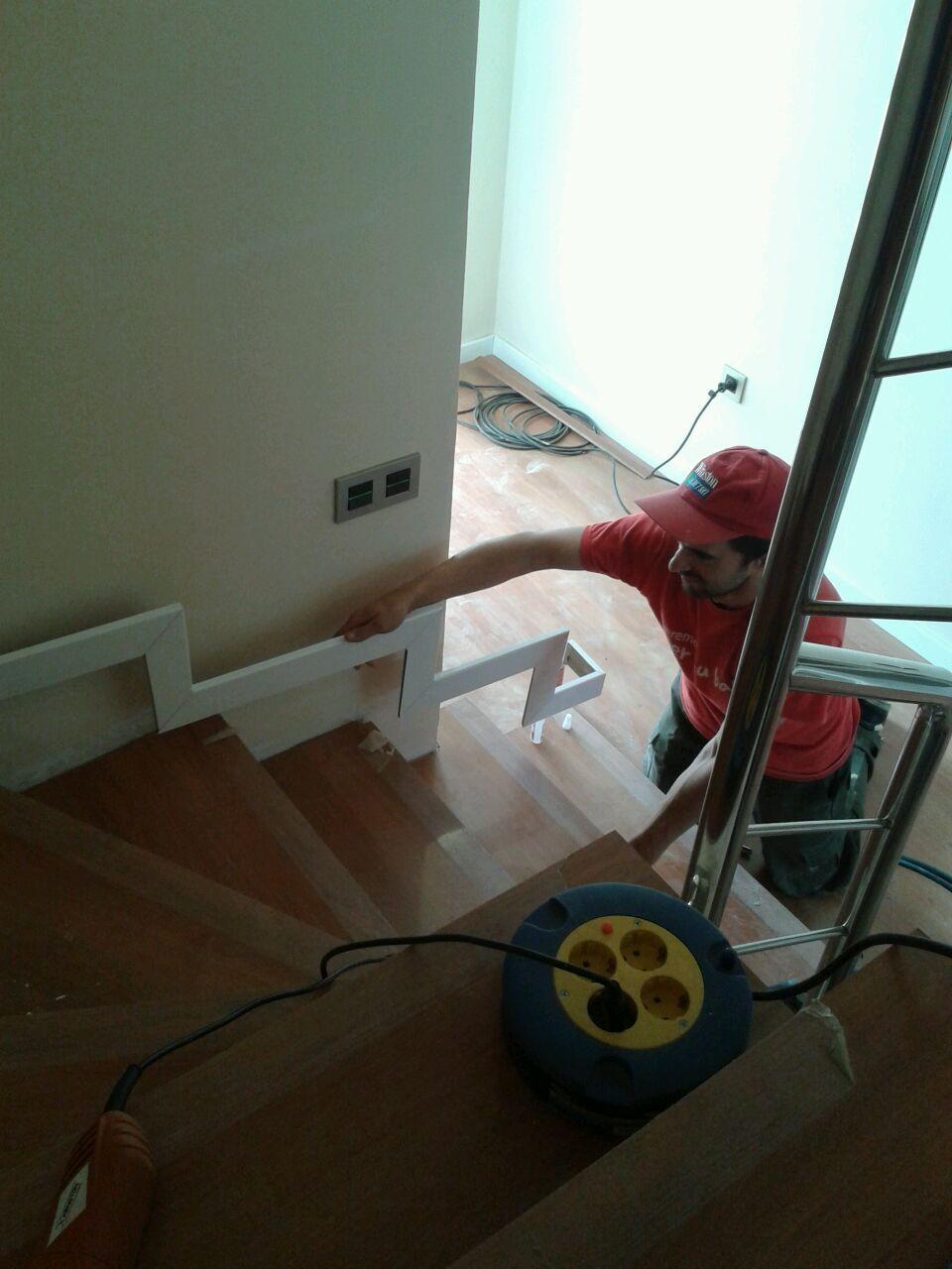 Montaje de escalones de suelo laminado