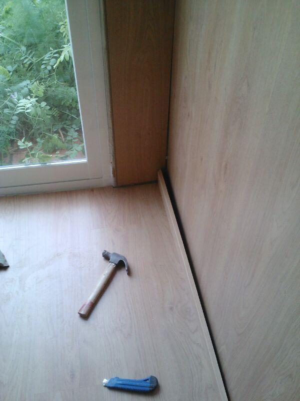 Continuación de los trabajos de colocación del parquet en el suelo y las paredes