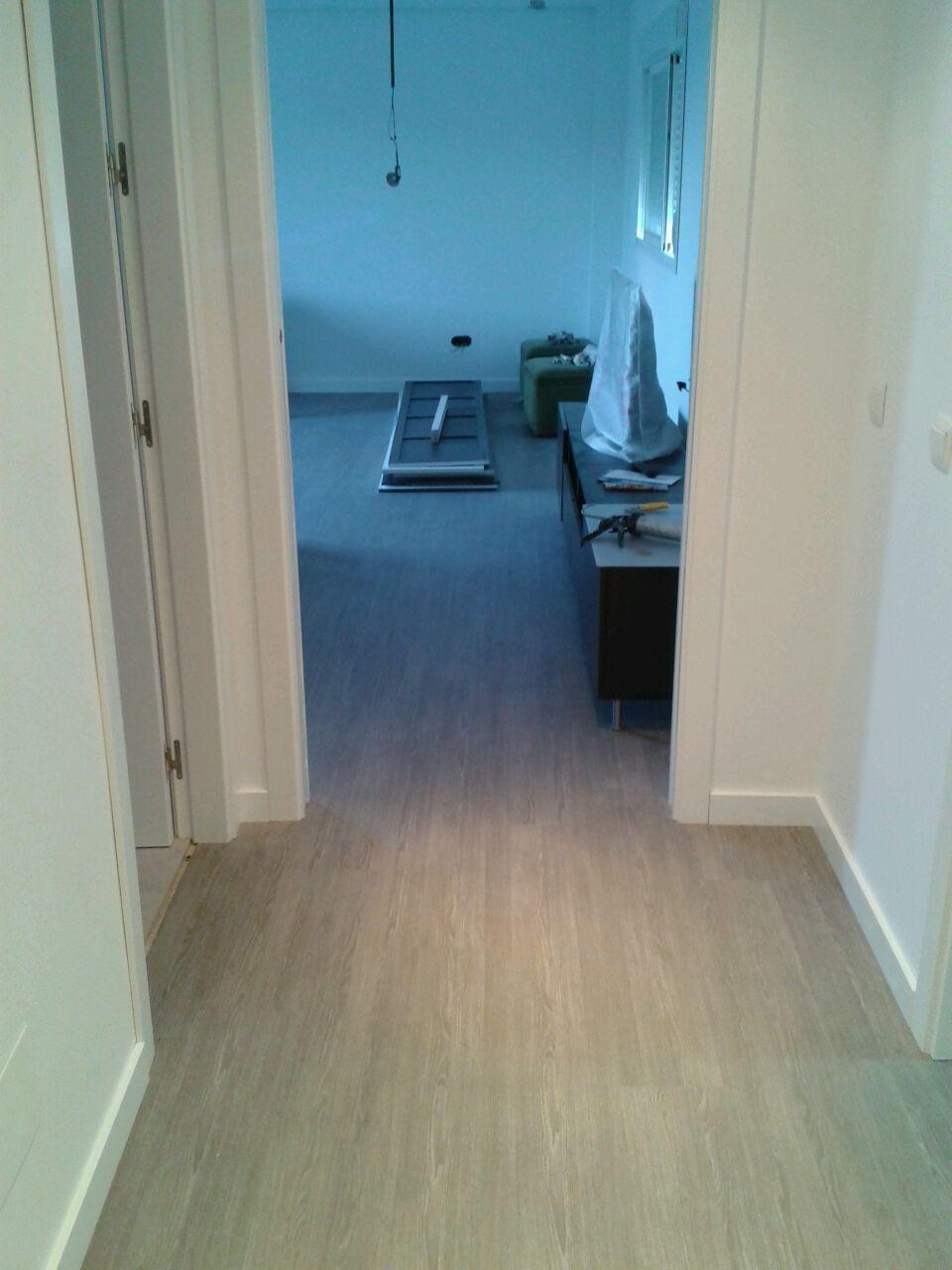 Captura fotográfica de la tarima en longitud. Abarca el pasillo y salón.