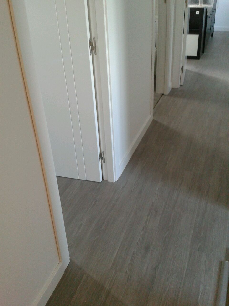 Visualización del pasillo instalado con parquet Kronoswiss Noblesse AC4 en gris
