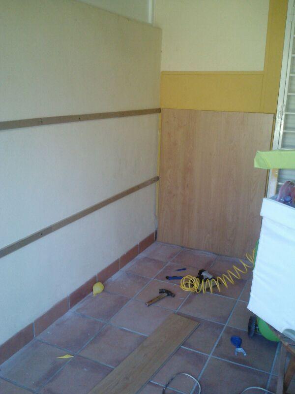 Desarrollo de la obra de instalación de parquet AC5 en suelo y paredes