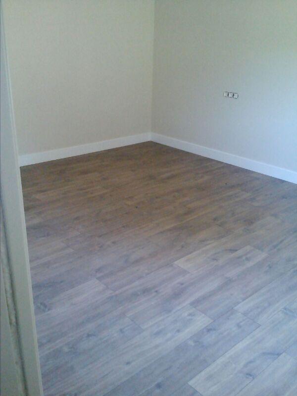 Otra habitación de la casa revestida con laminado Quick Step Classic Roble Oscuro Medianoche por vivaparquet.com