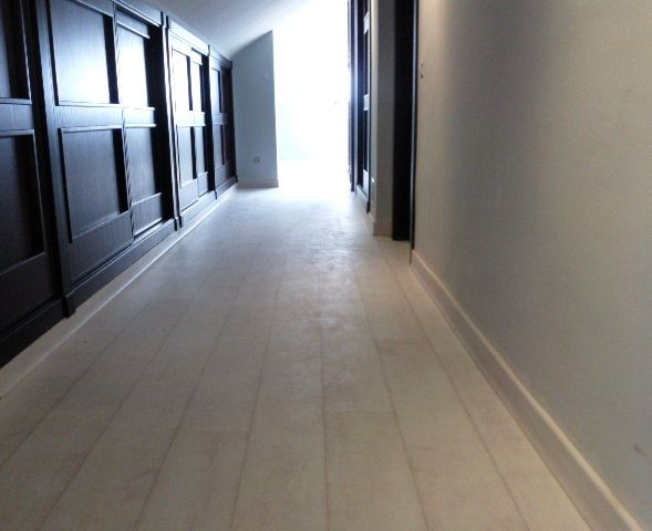 Pasillo con Quick Step Teca Blanqueada Blanca instalada por Viva Parquet