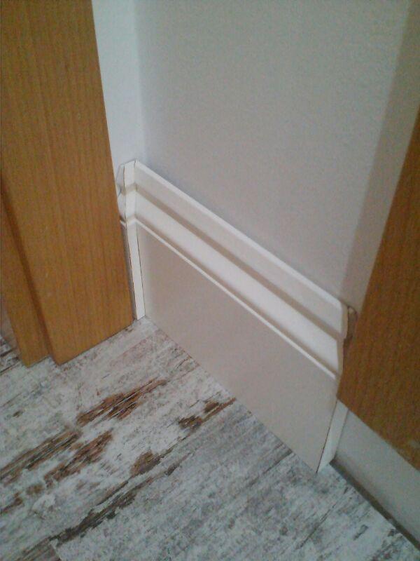 Aspecto y detalles del rodapié instalado por Viva parquet, se trata de Quick Step Ovolo Pintable Blanco de 16 cms de altura