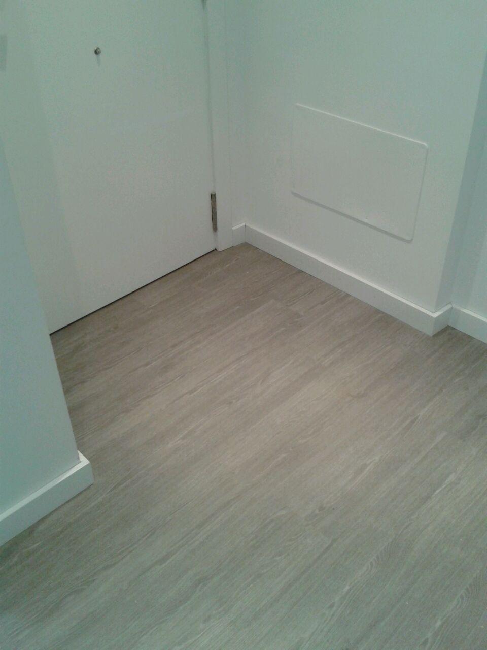 Imagen del conjunto del suelo laminado con el rodapié lacado en blanco