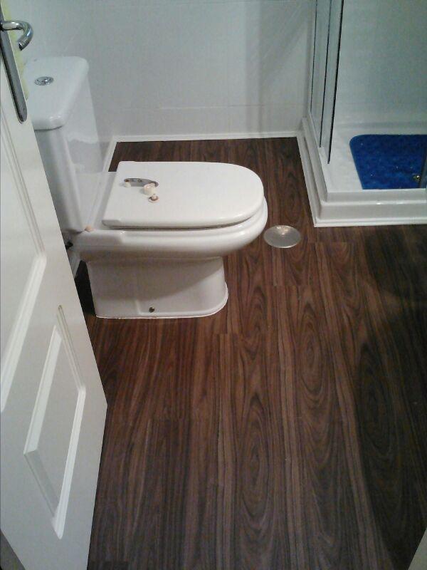 El suelo vinílico ya instalado por Viva Parquet se luce en armonía con el resto del baño