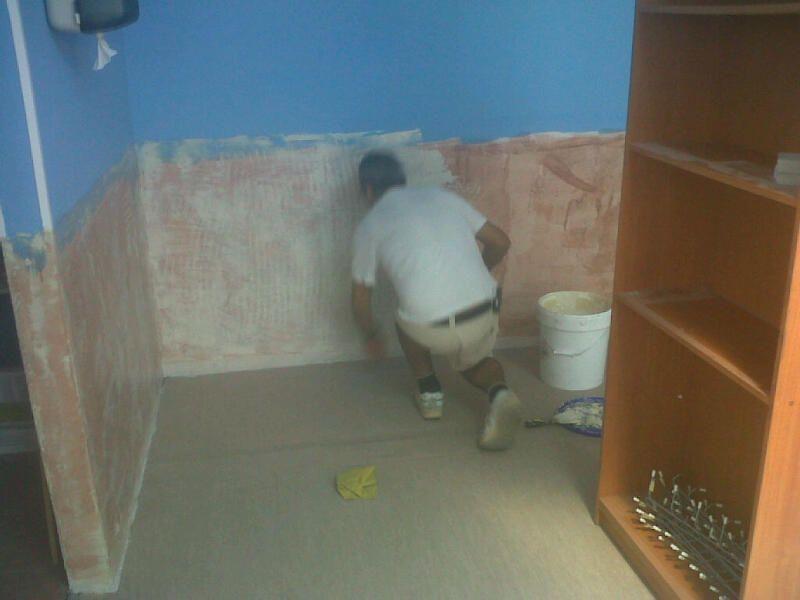 Instante en que se coloca el suelo de vinilo por operarios de Viva Parquet
