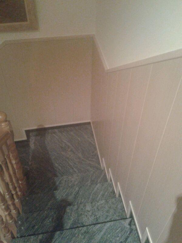 Vista desde la primera planta de la escalera revestida con duelas de PVC