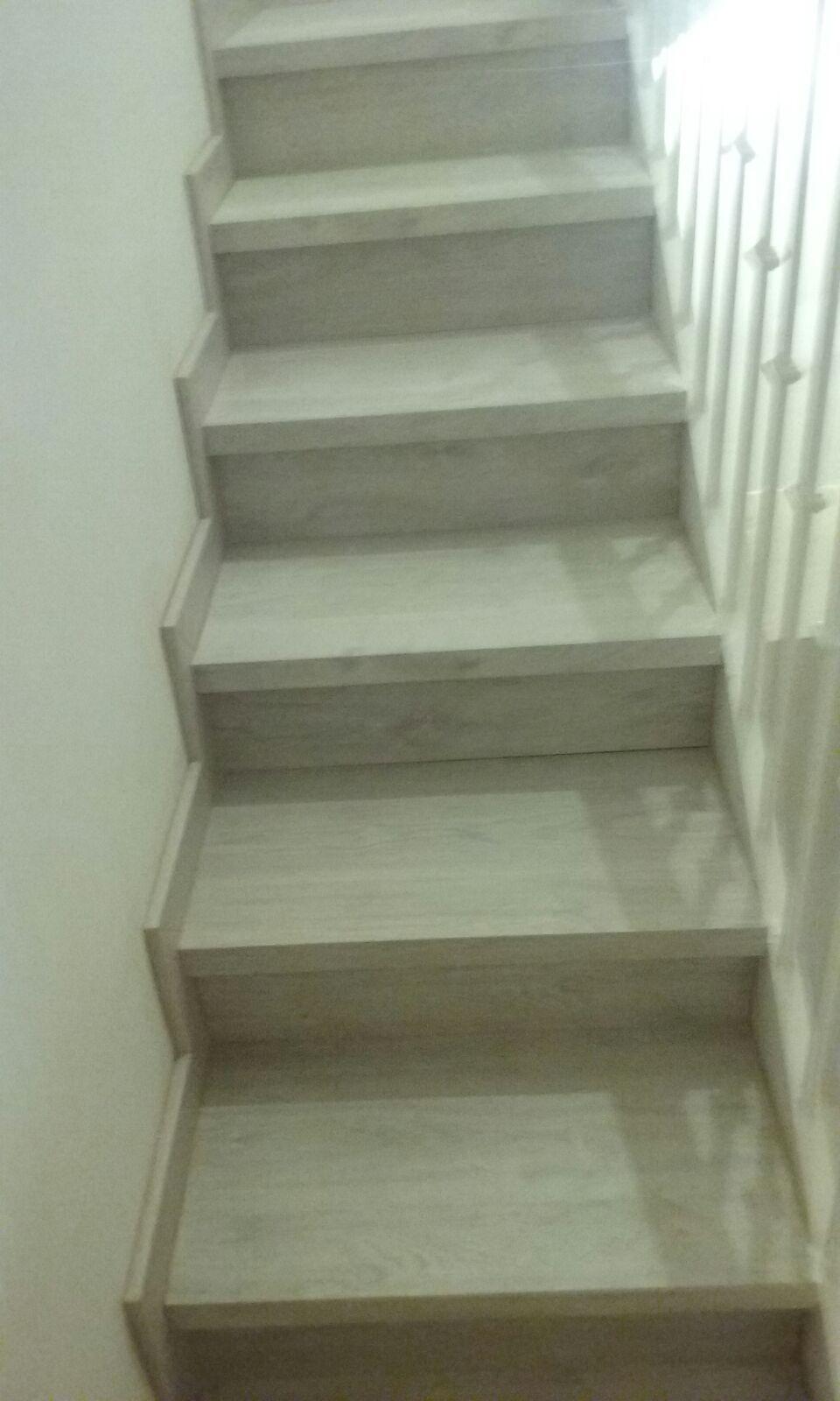 Colocar suelo laminado en escaleras top presupuesto de - Colocar parquet laminado ...