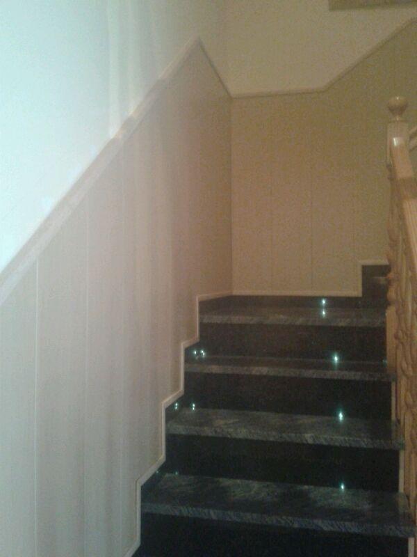 Imagen de la escalera revestida con friso de pvc terminada