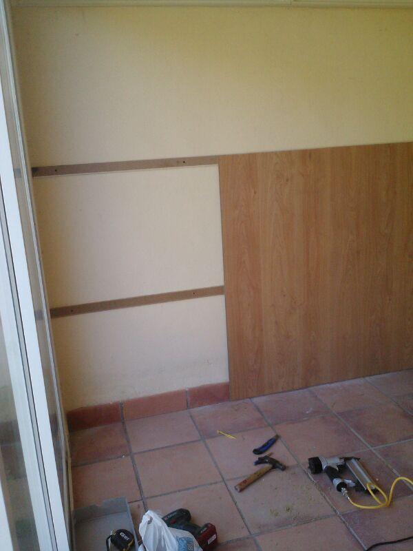 Vemos otra pared revestida con parquet laminado ac5