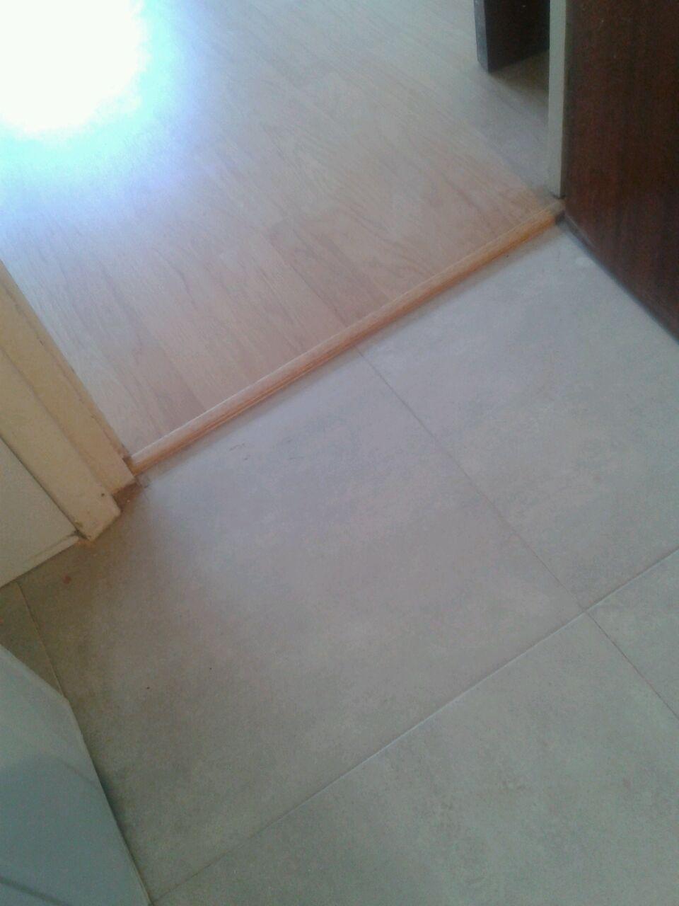 Otra toma fotográfica de este suelo laminado de color roble 3 lamas