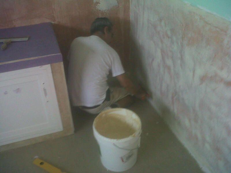 Momento de la instalación de los suelos vinílicos en la guardería por los trabajadores de Viva parquet