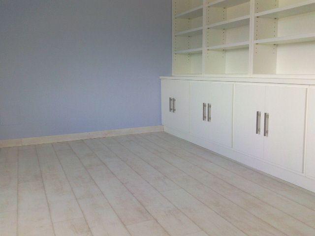 Habitación con Parquet Quick Step QSM-031 Teca Blanqueada Blanca instalada por Viva Parquet