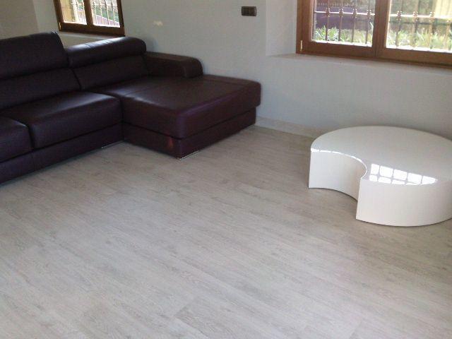 Salón con Parquet Laminado Quick Step Vogue UVG-1390 Roble Claro Rústico colocado por Viva Parquet