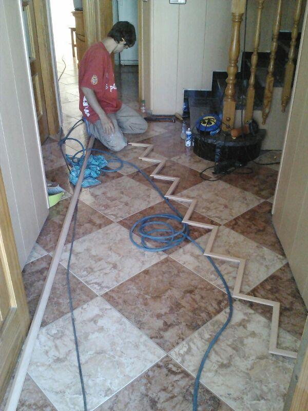 Instalador de Viva Parquet manipulando el revestimiento de PVC