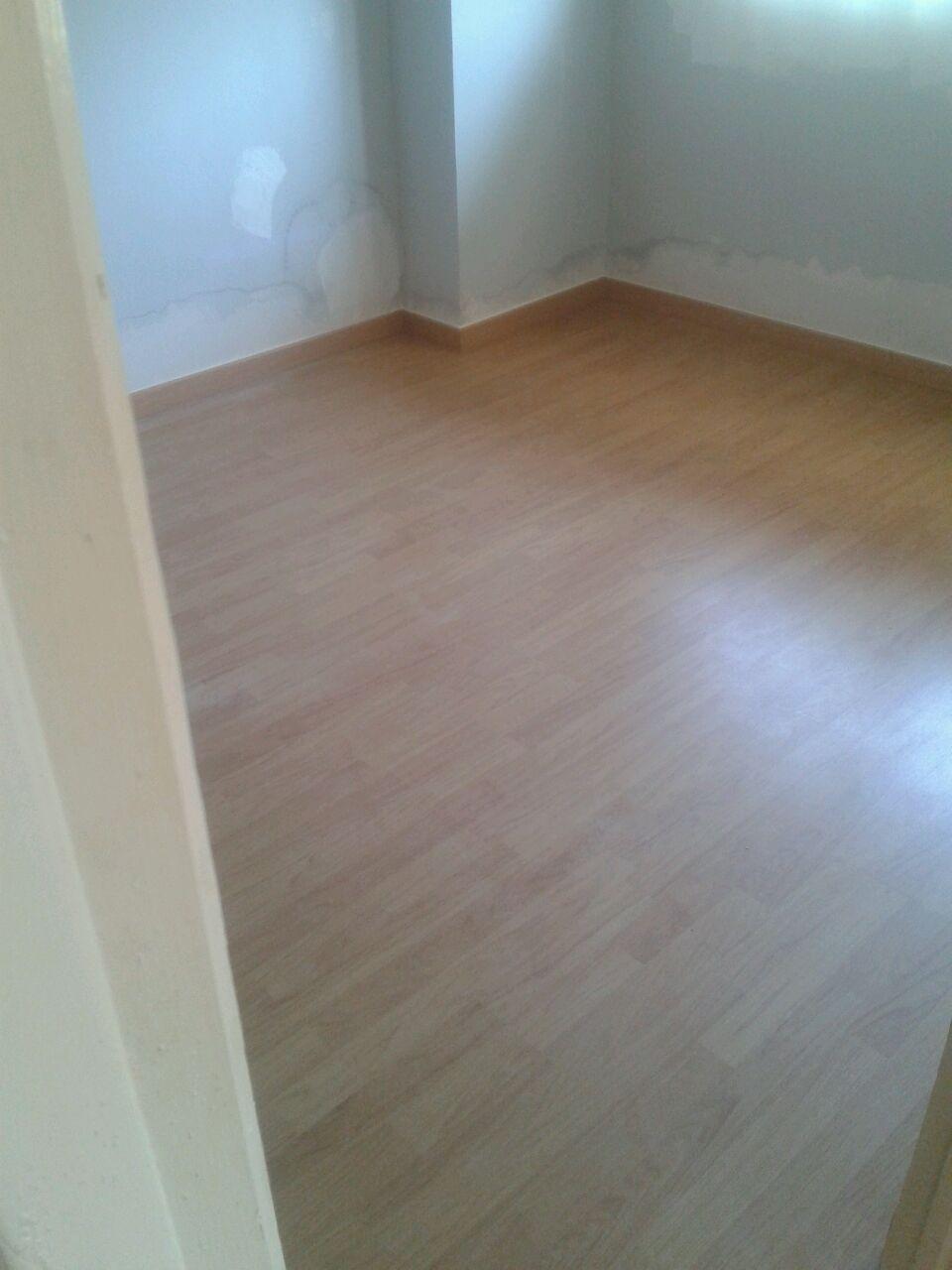 Foto de la habitación con el suelo laminado colocado