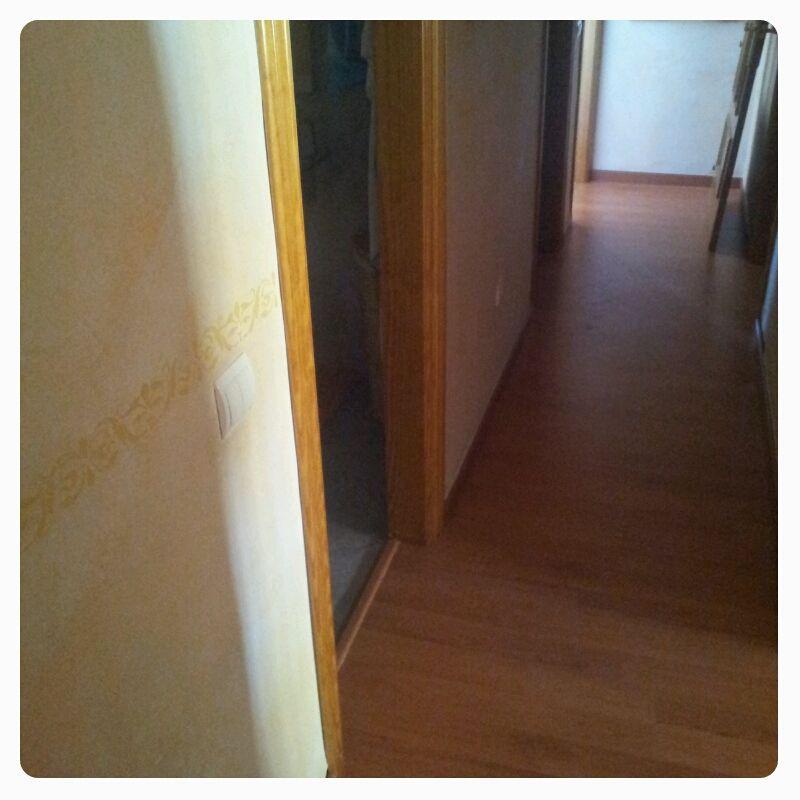 Detalle del pasillo revestido de parquet Kronoswiss Cerezo 2 Lamas