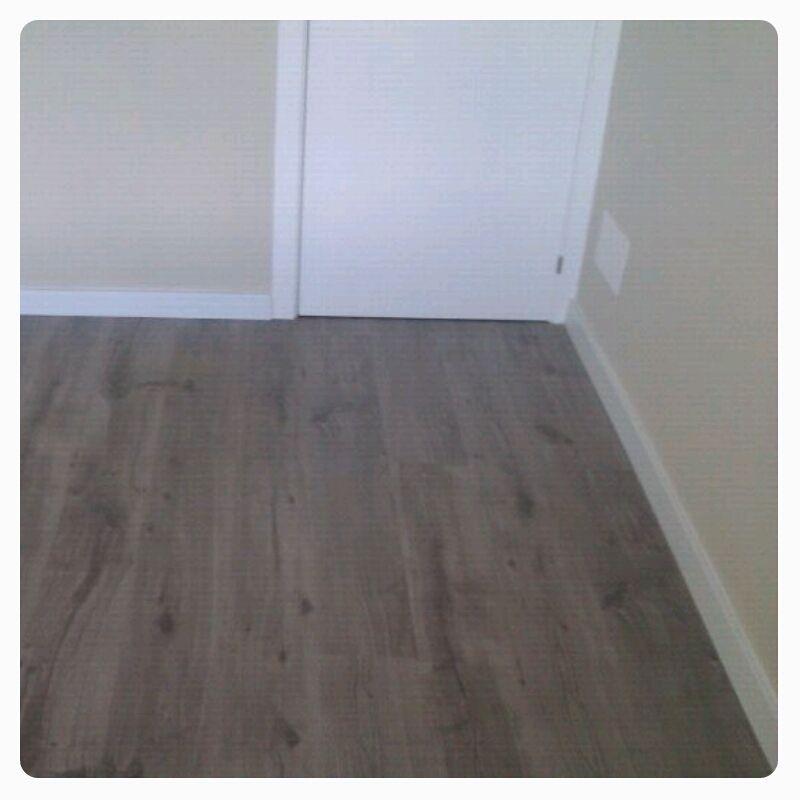 En la imagen se aprecia la sintonía del parquet gris con las puertas blancas